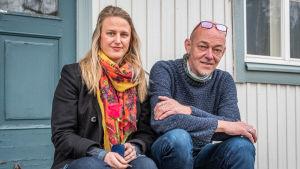 Netta Norro och Vesa Ristimäki sitter på trappa