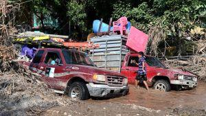Invånare som evakuerar undan orkanen Iota i den redan översvämmade kommunen El Progreso i Honduras