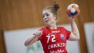 Anna Lindholm med bollen.
