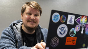 Benjamin Särkkä sitter vid sin dator.