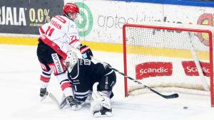 Michael Keränen fintar bort TPS-målvakten.