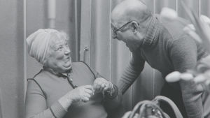 Maria Jotunin Hilda Husso -tarinan kuunnelmanteossa nauravaiset näyttelijä Emmi Jurkka ja ohjaaja Kauko Laurikainen vuonna 1980.
