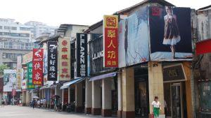 Stora reklamskyltar på en husfasad i Kina
