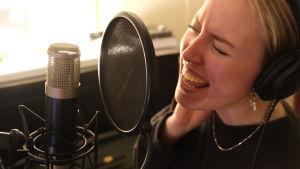 Ilon sjunger intensivt i mikrofon