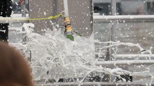 Champagneflaska krossas mot Augusta-båtens skrov då hon döps
