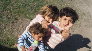 Flyktingbarn väntar på att smugglarna och gummibåten ska föra dem till Grekland