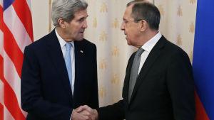 Utrikesministrarna John Kerry och Sergej Lavrov skakar hand.