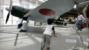 Denna replik av ett Zero-jaktplan finns utställd i shintohelgedomen Yasukuni i Tokyo.