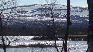 En sjö och ett fjäll