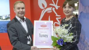 Resmässans försäljningschef Marco Simonen (tv) och direktören för den turkiska kultur- och turistbyrån Arzu Emel Yildiz.