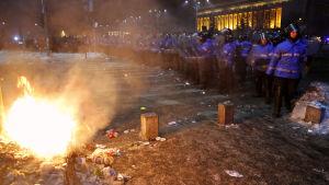 En del demomnstranter drabbade samman med kravallpolis som svarade med att skjuta tårgas mot demonstranterna centrum av Bukarest