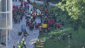 Räddningsmanskap utanför Grenfell Tower i London.