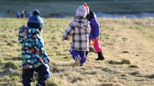 Barn som går på en åker.
