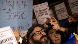Demonstranter protesterar mot att Sánchez och Cuixart häktats.