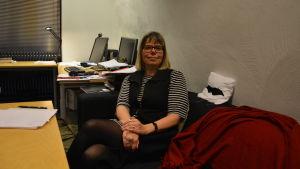 kvinna sitter på sitt arbetsrum