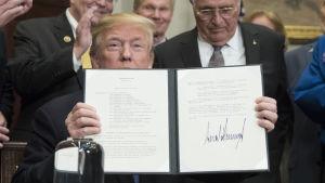 Trump undertecknade ett direktiv som vill se Nasa planera en bemannad färd till månen.