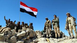 Saudilojala krigare i Jemen avvaktar efter en offensiv mot huthirebeller.