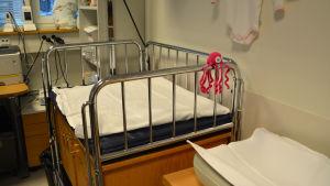 baby säng med en liten virkad rosa bläckfisk på