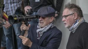 Närbild på regissören Steven Spielberg under inspelningen av The Post-filmen.