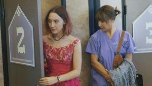 Lady Bird (Saoirse Ronan) och hennes mamma Marion (Laurie Metcalf) står bredvid varandra.