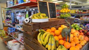 Frukter och andra varor i bybutiken.