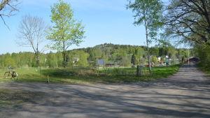 Vy över en del av Gumnäs. Man ser åkrar och en del av det nyare bostadsområdet.