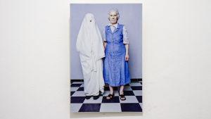 Två kvinnor på porträtt.