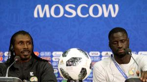 Förbundskaptenen Aliou Cissé och spelaren Cheikhou Kouyaté under en presskonferens.