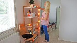 ung flicka möblerar om i sin lägenhet