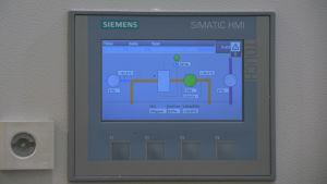 En panel där man kan kontrollera luftfuktighet och värme i rummet.