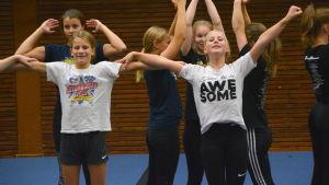 Stella och Laura från cheerleadinglaget Brilliance.