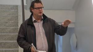 Tekniska direktören Jan Gröndahl står och pratar.