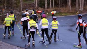 Grupp med juniorer tränar på rullskidbanan i Vörå.