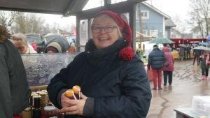 Titti Edfelt vid sitt stånd på Pargas julmarknad