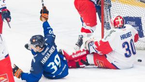 Anrei Hakulinen firar sitt mål i Lejondebuten.