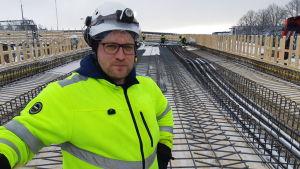 Jussi Tukeva står på järnvägsbron i Karis som håller på att byggas.