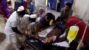En man vårdas på sjukhuset i distriktet Golaghat, Assam, efter att han druckit av den giftiga spriten. Bilden tagen lördagen 23.2.