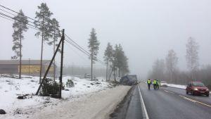 En långtradare och en skåpbil har krockat på riksväg 25.