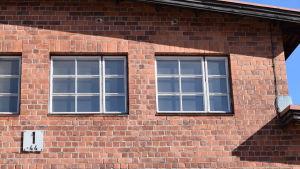 Fönster i en industribyggnad i rödtegel.