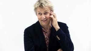 Lars Lerin porträtt, skrattar