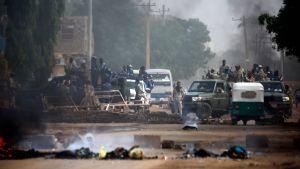 Sudanesiska styrkor som omringade arméhögvarteret i Khartoum efter att demonstranterna jagats på flykt den 3 juni.