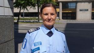 Polisöverinspektör Maria Hoikkala i uniform.