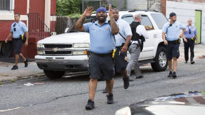 Stort pådrag när polisen i Philadelphia omringade byggnad efter skottlossning.