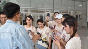 Rain Wong ville inte bli fotograferad av en journalist. Efter intervjun ville hans glada vänner veta vem han hade pratat med.