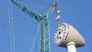 En vindturbin under uppbyggnad.