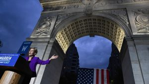 Elizabeth Warren håller tal vid Washington Square Park i New York.