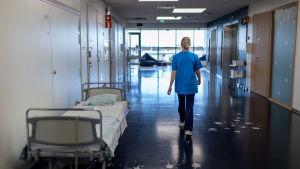 Sairaanhoitaja käytävällä, Uusi lastensairaala, Helsinki, 8.7.2019.