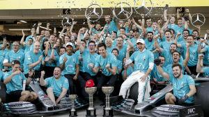 Personal och förare från Mercedes jublar