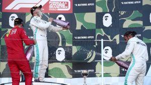 Bottas, Vettel och Hamilton sprutar champagne på prispallen.