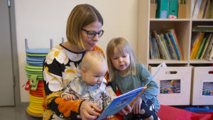 Elina Rantamoijanen ja lapset Hilma (isompi lapsi) ja Saima (vauva)